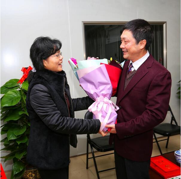 自治区政协副主席磨长英慰问自治区特聘专家钟鸣